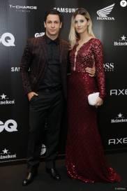 A atriz Taianne Raveli, acompanhada do namorado, Rainer Cadete, posa em modelo longo com detalhes em tule e paetê
