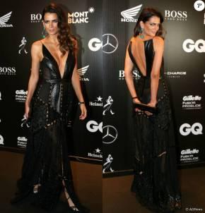 A top Fernanda Motta arrasou no decote do vestido da estilista Helo Rocha