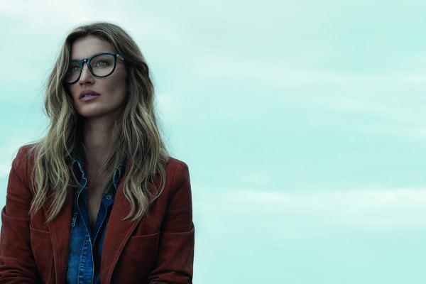 09d5aa504cb75 Gisele Bündchen veste óculos de grau no inverno Colcci Eyewear